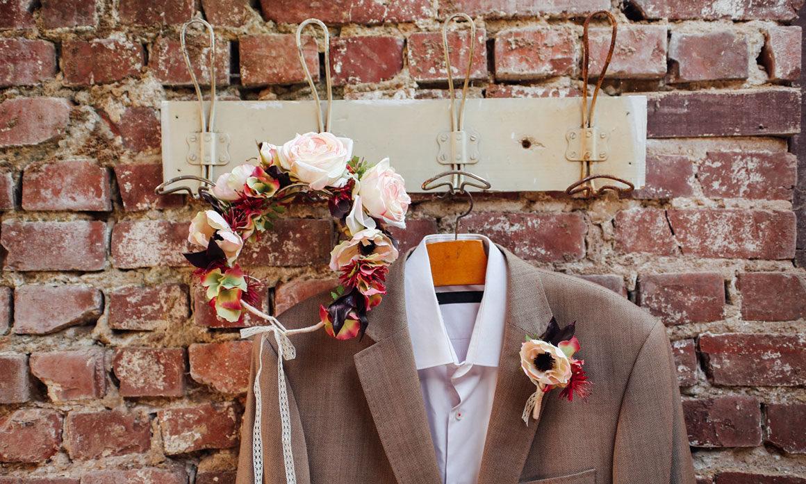 harmoniser la robe de mariée et le costume du marié retro vieux rose prune