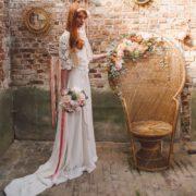 accessoire de tête mariée bandeau headband ruban blanc renoncule fleurs rose poudré mariage romantique élégant chic printanier wedding flower Colette Bloom bandeau Mademoiselle Maeva