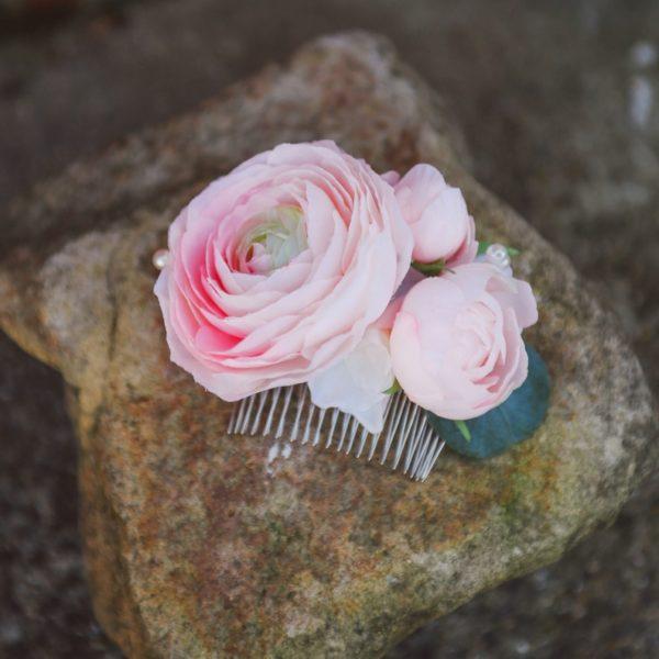 peigne accessoire coiffure mariage romantique élégant rose blanc Peigne Mademoiselle Maeva Colette Bloom renoncule pivoine chignon