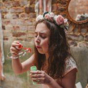 Coiffure fillette mariage fleur rose pastel pivoine chic fête