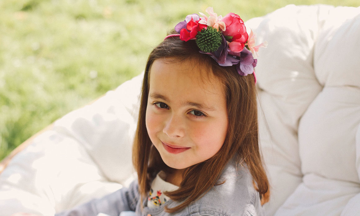 petite fille coiffure mariage fleur violet rose harmonie de couleur