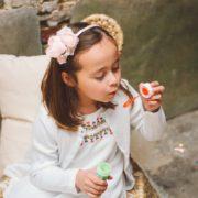 coiffure petite fille communion fleur diadème fête élégant perle