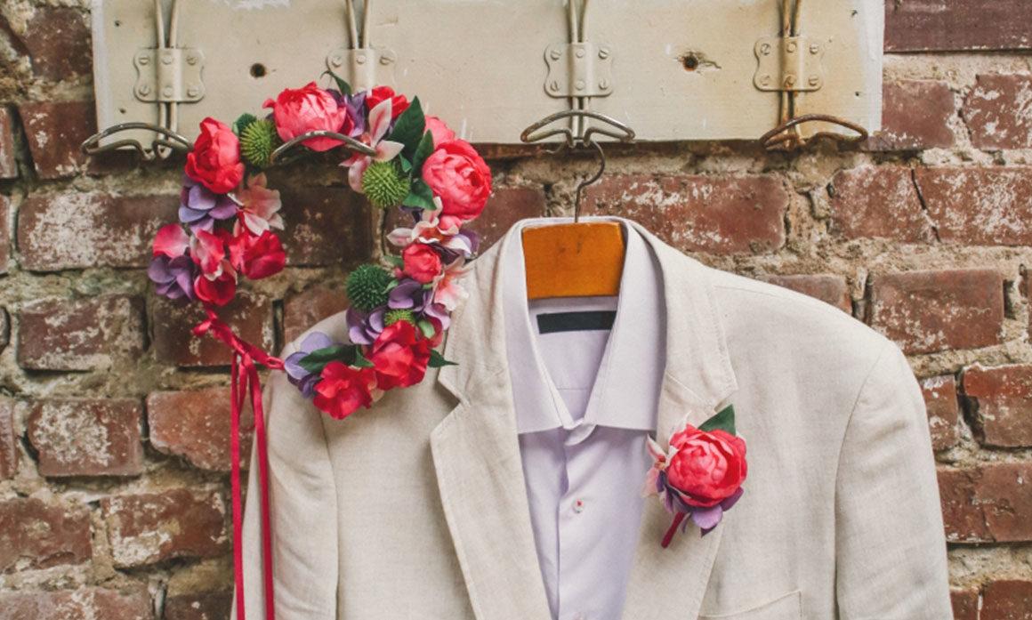accessoire floral de mariage festif couleur mauve rose foncé coordonné