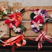 harmoniser le cortège de mariage enfant accessoire de tête fleurs artificielles ton rose élégant