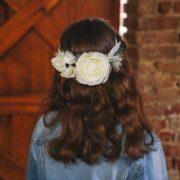 couronne de fleurs simple blanc et gris mariage enfant