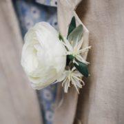 accessoire de mariage fleur blanche pour costume homme œillet pochette argenté