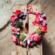 fleur cheveux coiffure mariée fuchsia rose violet vert