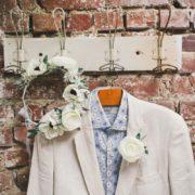 fleur à accrocher sur le costume cortège de mariage blanc gris masculin