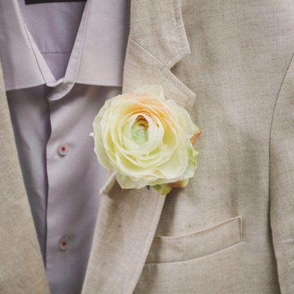 boutonnière costume marié accessoire mariage pochette assortir le marié ton crème corail pêche