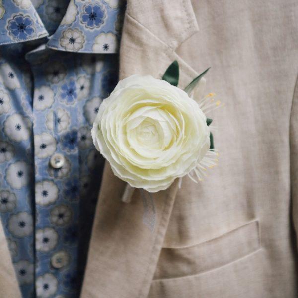 accessoire pour homme cortège fleurs blanche renoncule hiver
