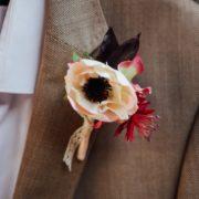 Boutonnière marié anémone rose tendre fleur vintage dentelle