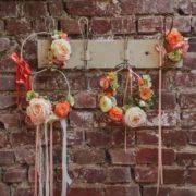 Bracelet fleur témoin cortège cérémonie mariage boheme bucolique ton poudré orangé Mademoiselle Margot