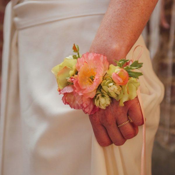 Bracelet fleuri ruban mariage demoiselle d'honneur délicat orangé coquelicot hortensia Mademoiselle Margot