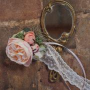 harmoniser son cortège fleur claire au poignet mariage nature vintage