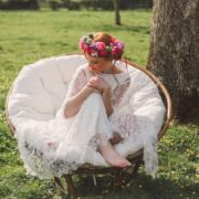 mariée petillante coloré fauteuil rotin mariage decoration coiffe