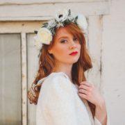 couronne de fleurs robe de mariée fleurs artificielles blanches et dentelle élégante