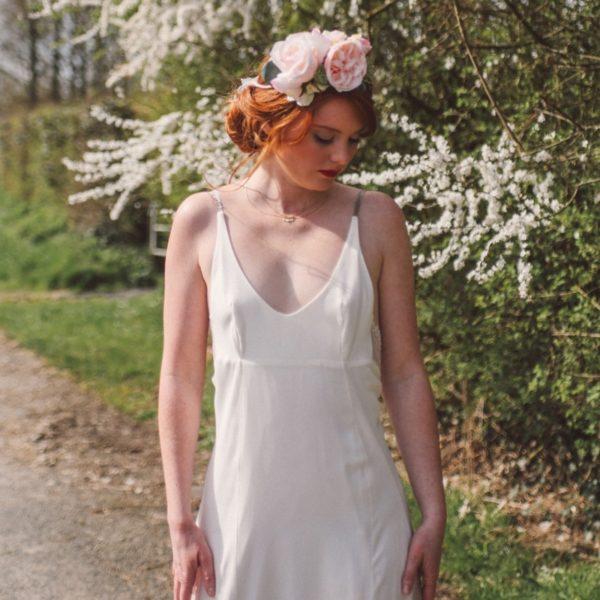 fleur rose tendre mariage rétro coiffure légère accessoire