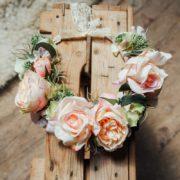 fleurs cheveux mariée romantique rétro rose poudré vert tendre printanier Mademoiselle Marie