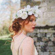 fleurs cheveux mariée chic classe blanc poudré élégant