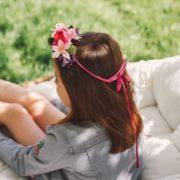 Coiffure fillette mariage fleur coloré orchidée chic fête