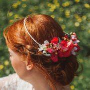 Coiffure mariage fleurs rose fuchsia orchidée coquelicot élégant