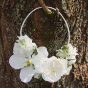 accessoire fleuri blanc orchidée tenu de mariée classe rubans cheveux Mademoiselle Aurélia