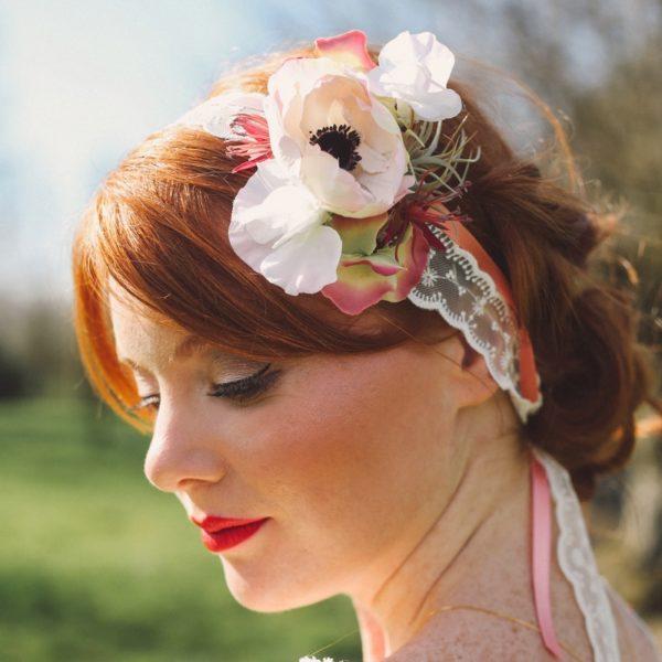 accessoire de tête mariée bandeau headband ruban dentelle anemone fleurs rose poudré mariage rétro élégant chic Mademoiselle Emmanuelle