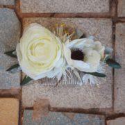 accessoire peigne fleuri coiffure pic chignon fleur blanche artificielle anémone mariage chic simple Colette Bloom