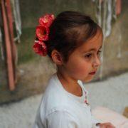 accessoire fleuri petite fille coiffure facile cérémonie barrette