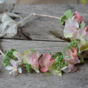 Couronne de fleurs rose poudré ceremonie ruban dentelle